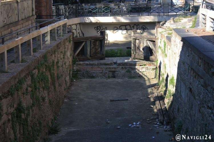Milano, pezzi di legno e rifiuti dentro la conca dell'Incoronata in via San Marco.